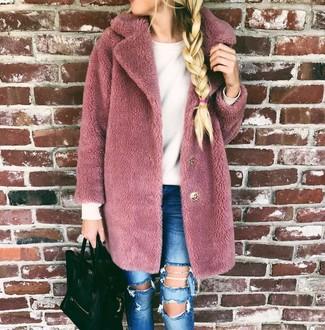 Cómo combinar: abrigo de piel rosado, jersey con cuello circular blanco, vaqueros pitillo desgastados azules, bolsa tote de cuero negra