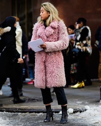 Cómo combinar: abrigo de piel rosado, pantalón chino negro, botines de cuero negros