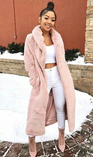 Cómo combinar: abrigo de piel rosado, top corto blanco, vaqueros pitillo blancos, botines con cordones de ante rosados