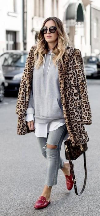 Cómo combinar: abrigo de piel de leopardo marrón claro, sudadera con capucha gris, camisa de vestir blanca, vaqueros pitillo desgastados grises