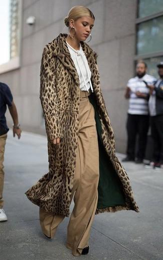 Cómo combinar: abrigo de piel de leopardo marrón claro, sudadera con capucha blanca, pantalones anchos marrón claro, zapatos de tacón de ante gruesos negros