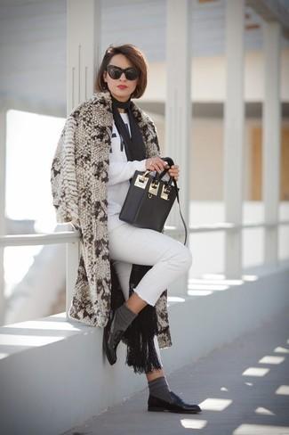 Cómo combinar un abrigo de piel en beige: Si buscas un look en tendencia pero clásico, opta por un abrigo de piel en beige y unos vaqueros pitillo blancos. Mocasín de cuero negros son una opción práctica para completar este atuendo.