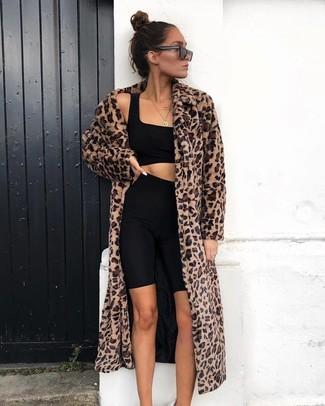 Cómo combinar un top corto negro: Opta por un top corto negro y unas mallas ciclistas negras para un look diario sin parecer demasiado arreglada.