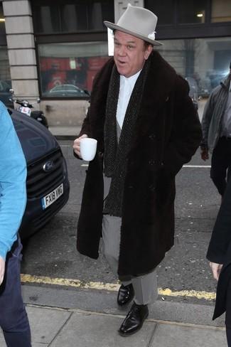 Cómo combinar: abrigo de piel en marrón oscuro, traje de rayas verticales gris, camisa de vestir blanca, zapatos derby de cuero negros