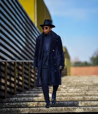 Cómo combinar: abrigo de piel azul marino, traje azul marino, jersey de cuello alto azul marino, mocasín de cuero negro