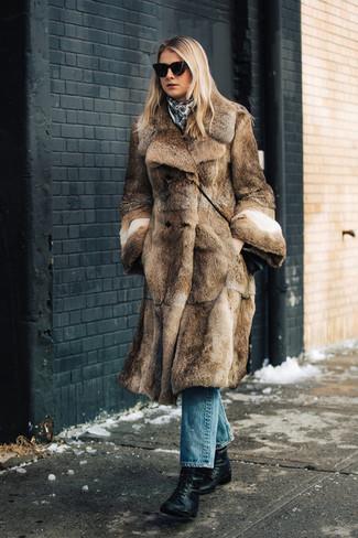 Cómo combinar: abrigo de piel marrón, vaqueros azules, botines con cordones de cuero negros, bolso bandolera de cuero negro