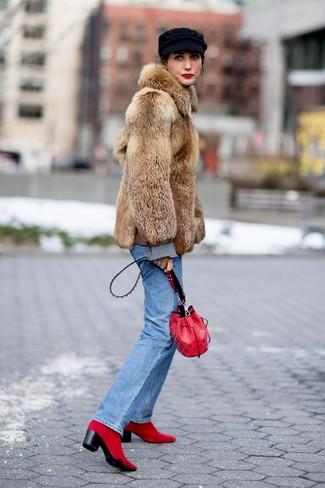 Cómo combinar: abrigo de piel marrón, vaqueros azules, botines de ante rojos, mochila con cordón de cuero roja