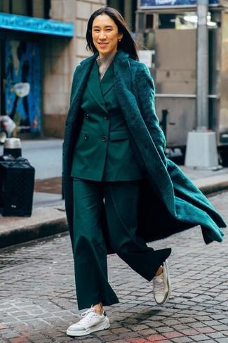 Cómo combinar un traje: Ponte un abrigo de piel verde oscuro y un traje para rebosar clase y sofisticación. Tenis de cuero blancos añadirán interés a un estilo clásico.