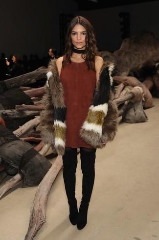 Cómo combinar: abrigo de piel marrón, vestido de tirantes de ante marrón, botas sobre la rodilla de ante negras, gargantilla de ante negra