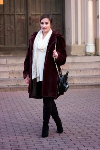 Cómo combinar: abrigo de piel burdeos, vestido jersey blanco, botas sobre la rodilla de ante negras, bolso de hombre de cuero negro