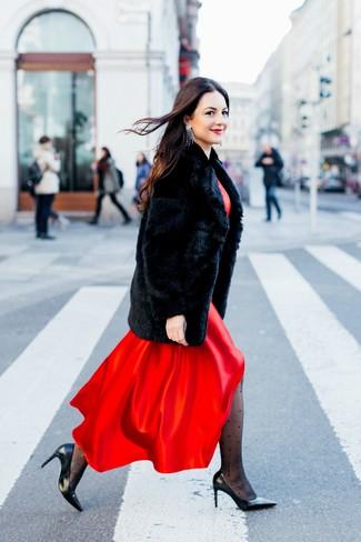Cómo combinar: abrigo de piel negro, vestido largo de satén rojo, zapatos de tacón de cuero negros, pendientes plateados