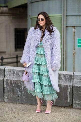 Outfits mujeres: Elige un abrigo de piel violeta claro y un vestido midi con volante en verde menta para sentirte con confianza y a la moda. Zapatos de tacón de satén rosados son una opción grandiosa para completar este atuendo.
