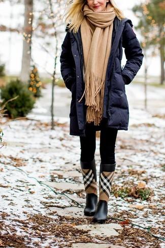 Cómo combinar: abrigo de plumón azul marino, leggings negros, botas de lluvia de tartán negras, bufanda marrón claro