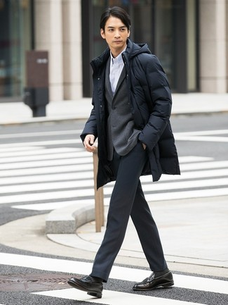 Cómo combinar: abrigo de plumón negro, blazer de punto gris, camisa de manga larga de rayas verticales blanca, pantalón de vestir en gris oscuro