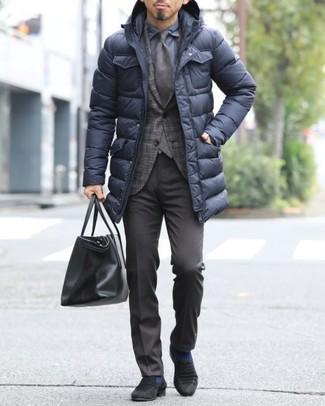 Look de moda: Abrigo de plumón negro, Blazer de tartán en marrón oscuro, Camisa de vestir azul marino, Pantalón de vestir en marrón oscuro