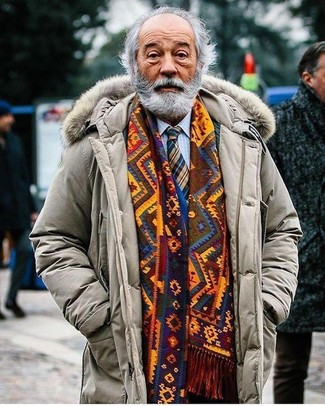 Cómo combinar una bufanda mostaza: Para un atuendo tan cómodo como tu sillón utiliza un abrigo de plumón en beige y una bufanda mostaza.