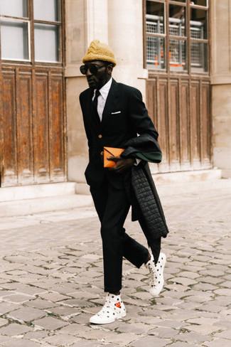 Cómo combinar un abrigo de plumón negro: Para un atuendo que esté lleno de caracter y personalidad considera ponerse un abrigo de plumón negro y un pantalón chino negro. ¿Quieres elegir un zapato informal? Opta por un par de zapatillas altas de lona estampadas en blanco y negro para el día.