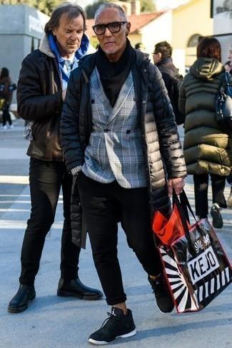 Cómo combinar un abrigo de plumón negro: Intenta combinar un abrigo de plumón negro junto a un pantalón chino negro para un almuerzo en domingo con amigos. Si no quieres vestir totalmente formal, elige un par de deportivas en negro y blanco.