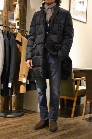 Cómo combinar un abrigo de plumón negro: Elige un abrigo de plumón negro y unos vaqueros azules para conseguir una apariencia relajada pero elegante. Botas safari de ante en marrón oscuro son una opción práctica para complementar tu atuendo.