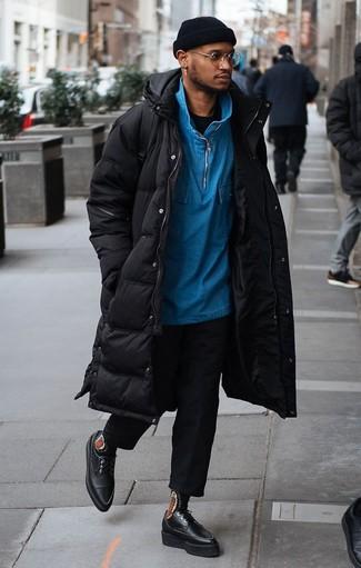 Cómo combinar una camiseta con cuello circular negra: Intenta ponerse una camiseta con cuello circular negra y un pantalón chino negro para una vestimenta cómoda que queda muy bien junta. Dale onda a tu ropa con zapatos derby de cuero gruesos negros.