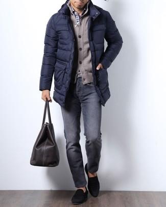 Cómo combinar: abrigo de plumón azul marino, cárdigan marrón, camisa de vestir de cuadro vichy en blanco y azul marino, vaqueros en gris oscuro