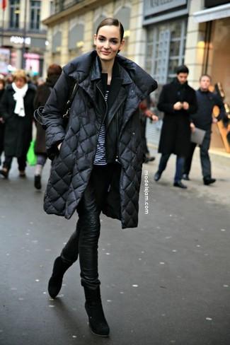 Cómo combinar: abrigo de plumón negro, chaqueta motera de cuero negra, blazer negro, camiseta con cuello circular de rayas horizontales en blanco y negro