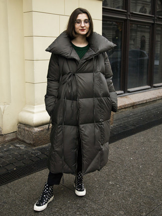 Cómo combinar: abrigo de plumón en gris oscuro, jersey de ochos verde oscuro, vaqueros negros, zapatillas altas a lunares negras