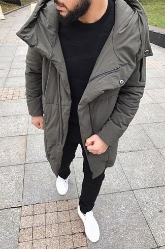 Cómo combinar: abrigo de plumón gris, camiseta con cuello circular negra, pantalón de chándal negro, tenis blancos