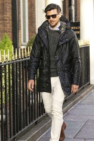 Cómo combinar: abrigo de plumón negro, jersey con cuello circular en gris oscuro, camisa de vestir celeste, pantalón chino blanco