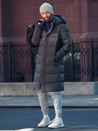 Emparejar un jersey con cuello circular azul marino y un pantalón de chándal gris es una opción cómoda para hacer diligencias en la ciudad. ¿Por qué no añadir deportivas blancas a la combinación para dar una sensación más relajada?