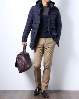 Intenta combinar un jersey con cuello circular azul marino de hombres de Fred Perry junto a un pantalón chino marrón claro para conseguir una apariencia relajada pero elegante. Con el calzado, sé más clásico y completa tu atuendo con mocasín de cuero marrón oscuro.