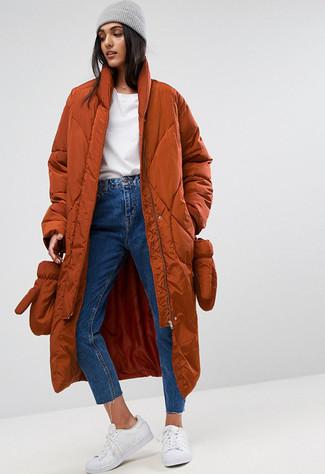 Cómo combinar: abrigo de plumón en tabaco, jersey con cuello circular blanco, vaqueros azules, tenis de cuero blancos