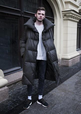 Cómo combinar: abrigo de plumón negro, jersey con cuello circular gris, vaqueros pitillo azul marino, deportivas de ante negras
