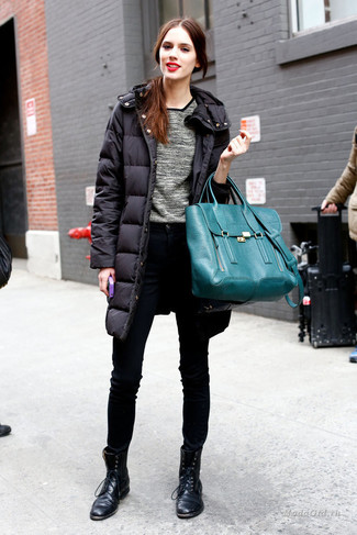 Cómo combinar: abrigo de plumón negro, jersey con cuello circular gris, vaqueros pitillo negros, botas planas con cordones de cuero negras