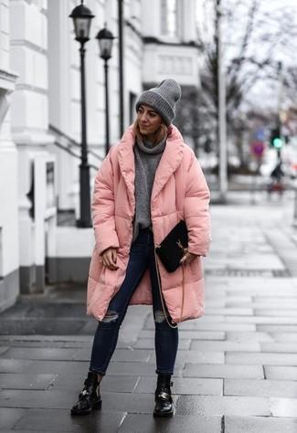 Cómo combinar: abrigo de plumón rosado, jersey con cuello vuelto holgado gris, vaqueros pitillo desgastados azul marino, botines de cuero con recorte negros