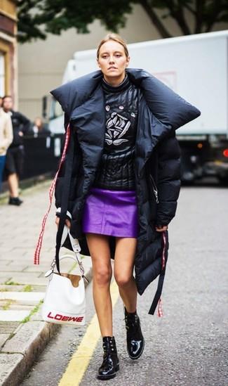 Cómo combinar: abrigo de plumón negro, jersey de cuello alto de cuero estampado negro, minifalda de cuero morado, botines con cordones de cuero negros