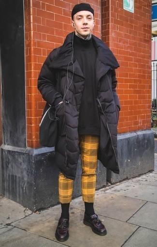 Cómo combinar un abrigo de plumón negro: Ponte un abrigo de plumón negro y un pantalón chino de tartán mostaza para una vestimenta cómoda que queda muy bien junta. Activa tu modo fiera sartorial y haz de mocasín con borlas de cuero morado oscuro tu calzado.