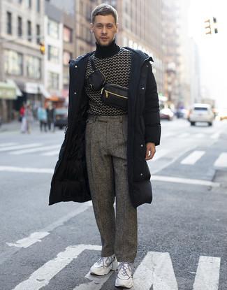 Cómo combinar un abrigo de plumón negro: Emparejar un abrigo de plumón negro junto a un pantalón de vestir de lana de espiguilla gris es una opción muy buena para un día en la oficina. ¿Quieres elegir un zapato informal? Complementa tu atuendo con deportivas blancas para el día.