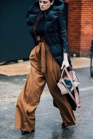 Cómo combinar: abrigo de plumón negro, jersey de cuello alto negro, pantalones anchos marrónes, botines de cuero negros