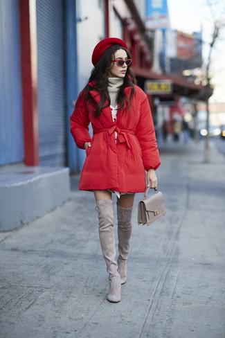 Cómo combinar: abrigo de plumón rojo, jersey de cuello alto de punto gris, vestido jersey blanco, botas sobre la rodilla de ante grises