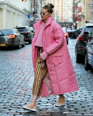 Cómo combinar: abrigo de plumón rosa, jersey de ochos rosa, pantalón de pinzas estampado dorado, zapatillas slip-on de ante rosadas