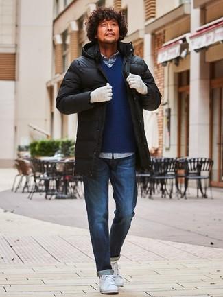 Intenta ponerse un jersey de pico azul marino de hombres de Gant y unos vaqueros azul marino para cualquier sorpresa que haya en el día. Tenis de cuero blancos son una opción muy buena para complementar tu atuendo.