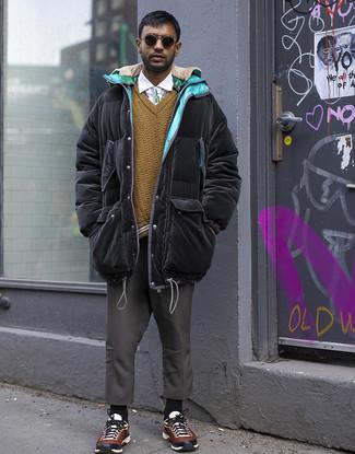 Cómo combinar un abrigo de plumón negro: Usa un abrigo de plumón negro y un pantalón chino en gris oscuro para un look diario sin parecer demasiado arreglada. ¿Quieres elegir un zapato informal? Opta por un par de deportivas en multicolor para el día.