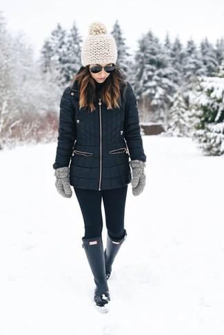 Cómo combinar unos guantes de lana grises: Empareja un abrigo de plumón negro con unos guantes de lana grises transmitirán una vibra libre y relajada. ¿Quieres elegir un zapato informal? Elige un par de botas de lluvia negras para el día.