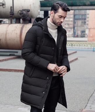 Cómo combinar: abrigo de plumón negro, jersey de cuello alto blanco, pantalón chino negro