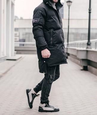 Cómo combinar unas zapatillas altas de cuero en negro y blanco: Para un atuendo que esté lleno de caracter y personalidad haz de un abrigo de plumón negro y unos vaqueros negros tu atuendo. Para el calzado ve por el camino informal con zapatillas altas de cuero en negro y blanco.