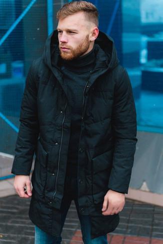 Cómo combinar: abrigo de plumón negro, jersey de cuello alto negro, vaqueros azules