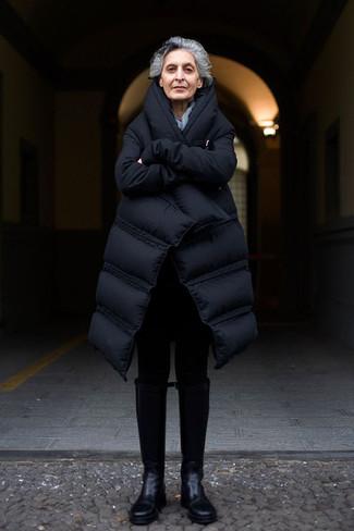 Cómo combinar: abrigo de plumón negro, leggings negros, botas de caña alta de cuero negras