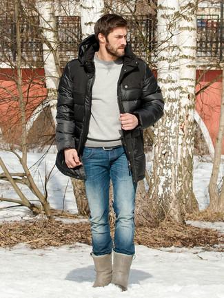 Cómo combinar: abrigo de plumón negro, sudadera gris, vaqueros azules, botas ugg grises
