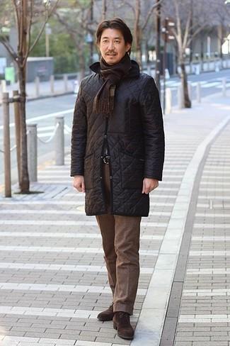 Cómo combinar un abrigo de plumón negro: Emparejar un abrigo de plumón negro junto a un pantalón de vestir de lana marrón es una opción muy buena para una apariencia clásica y refinada. Si no quieres vestir totalmente formal, opta por un par de botas safari de ante en marrón oscuro.